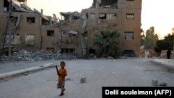Ребенок на развалинах Ракки