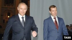 Путин һәм Медведев. Президент сулда. Әлегә