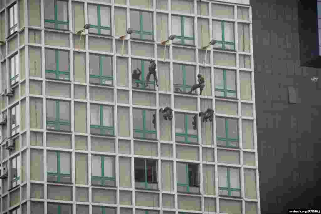 Пришедшим на праздник показали также навыки штурма здания.