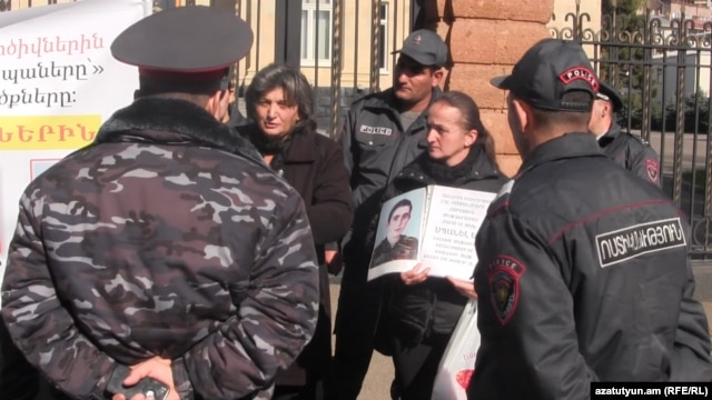 Armenia - Parents whose sons were killed in the Army in non-combat conditions want to meet with President Serzh Sarkisian, 6Nov,2014