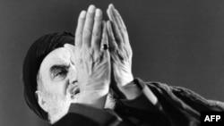 آیتالله خمینی در حال خواندن نماز در محل اقامتش در نوفللوشاتو در فرانسه.
