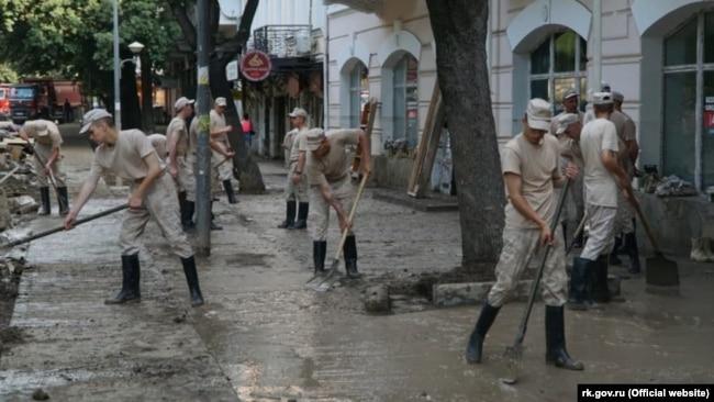 Мобильный отряд армейского корпуса Черноморского флота России чистит улицы Керчи после наводнения