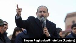 Премьер-министр Армении Никол Пашинян выступает перед своими сторонниками в Ереване, 25 февраля 2021 года