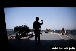 ملوانان نیروی دریایی اسرائیل بر عرشه یکی از ناوهای اسرائیلی در دریای مدیترانه