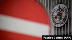Logoja e Organizatës Botërore të Shëndetësisë në hyrje të selisë në Gjenevë të Zvicrës.