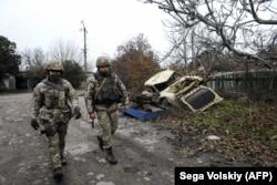 Украинские солдаты патрулируют линию фронта с поддерживаемыми Россией сепаратистами в Широкине в ноябре 2018 года.