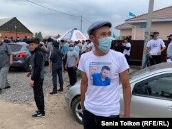 Ағаділді еске алу асына келгендердің бірі марқұмның суреті бейнеленген футболка киген. Талапкер ауылы, 8 тамыз 2020 жыл.