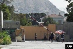 Militari afgani păzesc așa-numita Zonî Verde din Kabul care este zona rezidențială și diplomatică, 15 august 2021.