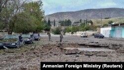 Urmele unui proiectil lansat, susține MInisterul armean al Apărării, de armata azeră în regiunea separatistă Nagorno-Karabah, 30 septembrie 2020.