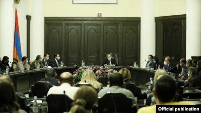 Nikol Paşinyan, müharibədə ölən və itkin düşənlərin yaxınları ilə görüşür, Yerevan, 28 noyabr 2020