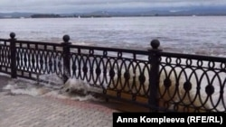 Хабаровск. Волны бьют в решетку набережной