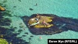 От маяка к бухте Александры: веревочный спуск и пляж «Баунти» (фотогалерея)