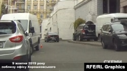 Авто заїхало в підземний паркінг будівлі, де, схоже, розташований офіс Хорошковського, після чого швидко виїхало звідти