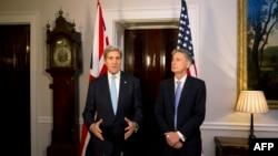John Kerry (majtas) dhe Philip Hammond