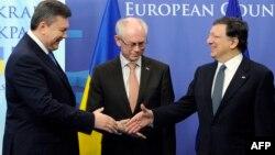 ЕО президенті Херман Ван Ромпей (ортада), Еурокомиссия төрағасы Жозе Мануэл Баррозу (оң жақта) және Украина премьер-министрі Виктор Янукович (сол жақта) ЕО штаб-пәтерінде кездесіп тұр. Брюссель, 25 ақпан 2013 жыл.