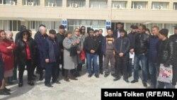 Десятки жителей Жанаозена, выступающих с требованием их трудоустройства, собрались у здания акимата, требуя встречи с акимом города. Жанаозен, 11 марта 2019 года.