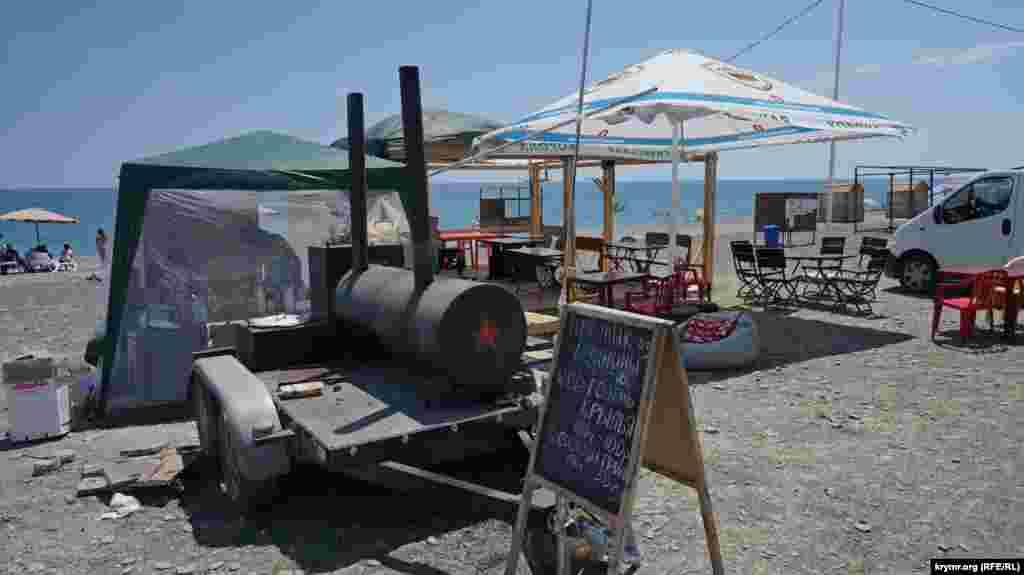 В этом «паровозике» для пляжников готовят запеченную в фольге рыбу, но гурманов поблизости не видно