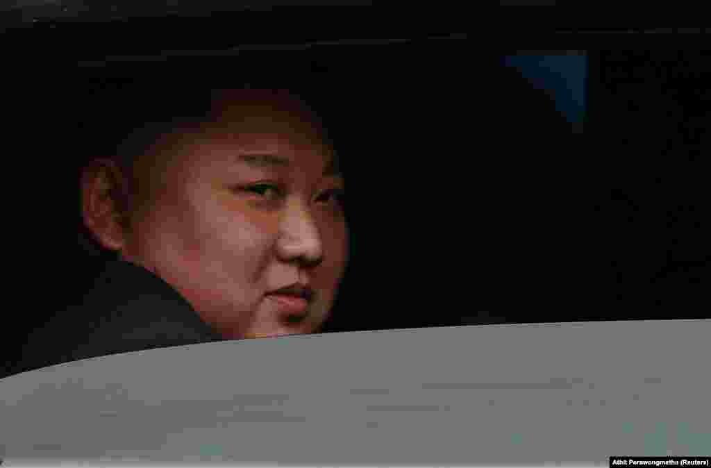 دومین دور از مذاکرات میان رهبران کره شمالی (در تصویر) و ایالات متحده در هانوی، پایتخت ویتنام، بدون امضای توافقی پایان یافت. کیم جونگاون چند روزی در ویتنام ماند، سوار قطار شد، و چهار هزار کیلومتری که آمده بود را برگشت تا به پیونگیانگ برسد.