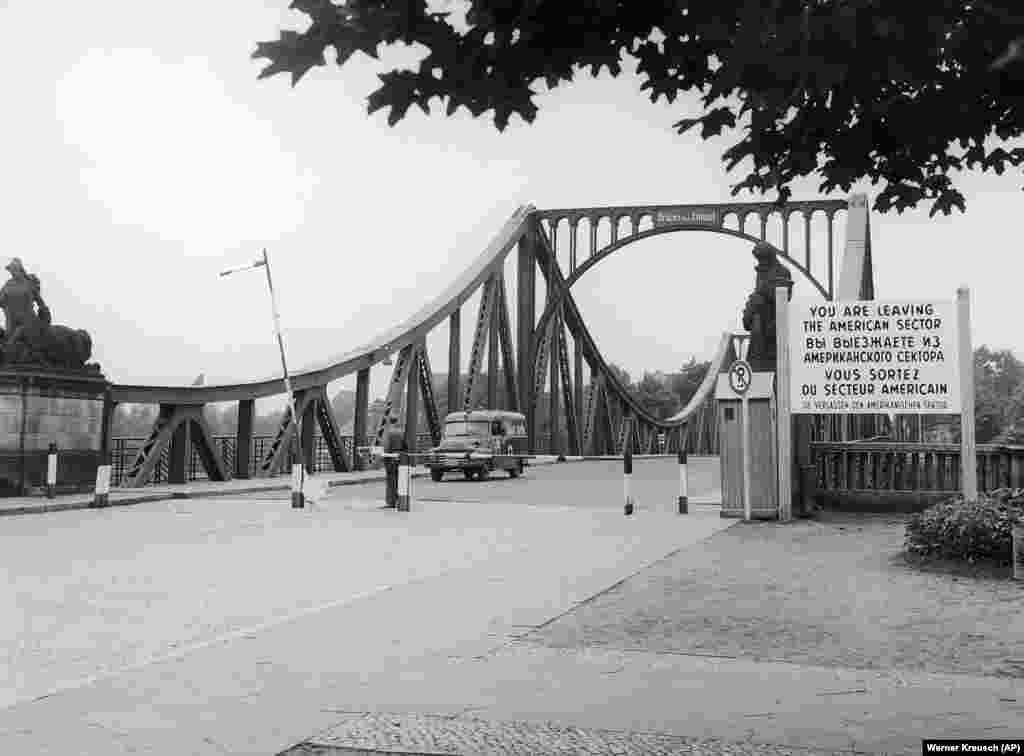 Міст Глініке між Західним Берліном і Східною Німеччиною, де відбувався обмін. Обмін шпигунами надихнув режисера Стівена Спілберга в 2015 році зняти фільм «Bridge Of Spies» («Шпигунський міст»)