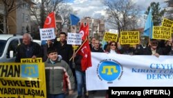 Пікет супраць акупацыі Крыма пад сьценамі амбасады Расеі ў Анкары. 28 лютага 2015 году