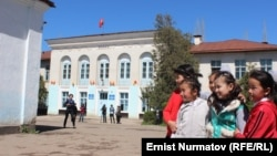 Школьницы перед зданием учебного заведения в Оше — городе на юге Кыргызстана. Иллюстративное фото.