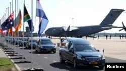Նիդերլանդներ - Կործանված «Բոինգ-777»-ի ուղևորների դիերը Էյնդհովենի օդանավակայանից տեղափոխվում են Հիլվերսումի ռազմաբազա, 23-ը հուլիսի, 2014թ․