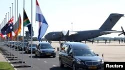 Траурная церемония доставки тел погибших пассажиров лайнера Boeing 777 в голландский город Эйндховен. 23 июля 2014 года.