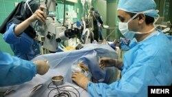 انجام عمل بر روی دکتر سیاوش انوری، مدیر بیمارستان ضیائیان تهران، پس از اسیدپاشی به صورت وی