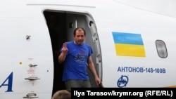 Владимир Балух выходит из самолета в Киеве после обмена, 7 сентября 2019 года