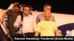 Ramuš Haradinaj na prištinskom aerodromu nakon povratka iz Haga