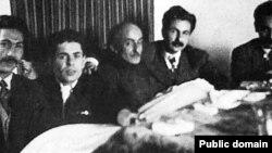 نیما یوشیج (وسط) همراه (از راست) هوشنگ ابتهاج، سیاوش کسرایی، احمد شاملو و مرتضی کیوان