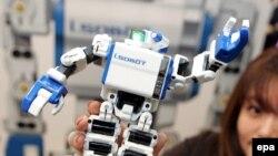 """روبات """"i-SOBOT"""" که توسط شرکت تامی در نمایشگاه توکیو عرضه شده است."""