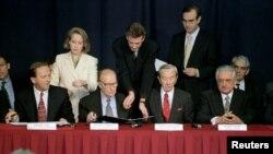 Potpisivanje sporazuma o Federaciji BiH: Predsjednik Federacije BiH Krešimir Zubal (1-L), predsjednik Predsjedništva BiH Alija Izetbegović (2-L), američki državni sekretar Warren Christopher (2-D) i predsjednik Hrvatske Franjo Tuđman (1-D), 10. novembar 1995.