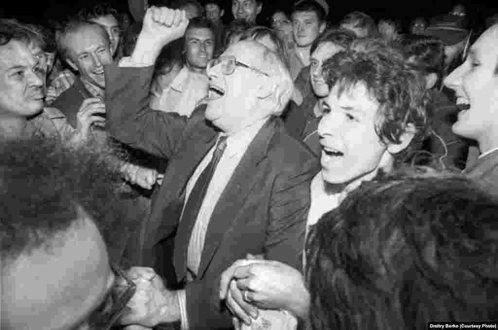 Famous cellist Mstislav Rostropovich celebrates the defeat of the putsch with a crowd of Muscovites on Lubyanka Square.