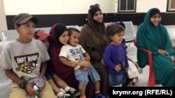 Аміна з дітьми, звільнені з сирійського табору «Родж»