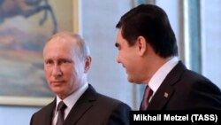 Türkmenistanyň prezidenti Gurbanguly Berdimuhamedow (s) we Orsýetiň prezidenti Wladimir Putin (ç), Aşgabat, 2-nji oktýabr, 2017.