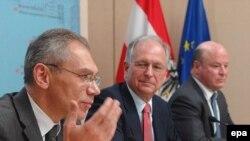 Aleksandr Botsan-Kharchenko, Wolfgang Ischinger i Frank Wisner govore na konferenciji za štampu nakon nove runde pregovora o budućnosti Kosova u Beču. 5. novembra2007. godine.