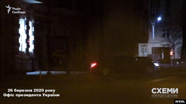 26 березня знімальна група зафіксувала, як Mercedes, яким віднедавна користується Андрій Єрмак, залишив Офіс президента