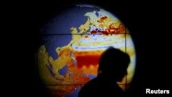 Карта земної кулі, на якій відображено підняття рівня світового океану внаслідок глобального потепління, на Світовій конференції з питань зміни клімату (COP21), Ле Бурже, Франція, грудень 2015 року