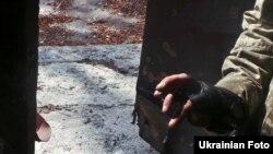 «Розтяжка» на вході до будинку, виявлена українським патрулем у «сірій» зоні (смуга нейтральних територій) під Горлівкою, вересень 2015 року