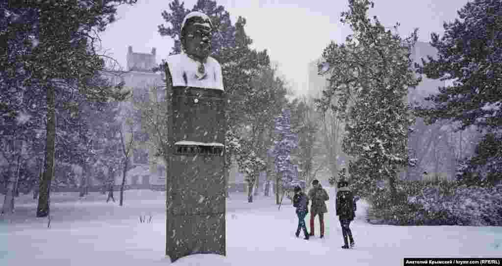 Снегопад изменил облик «всесоюзного старосты» Михаила Калинина, имя которого носил бывший Крымский сельхозинститут