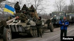 Член моніторингової місії ОБСЄ біля українських військовослужбовців. Село Парасковіївка, поблизу Артемівська, лютий 2015 року