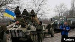 Член моніторингової місії ОБСЄ біля українських військовослужбовців. Село Парасковіївка, поблизу Артемівська, 26 лютого 2015 року