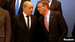 Эштон Картер (справа) и министр обороны Франции Жан-Ив Ле Дриан после встречи министров антитеррористической коалиции в Париже