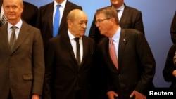 اشتون کارتر (نفر اول از راست) وزیر دفاع آمریکا همراه با ژان ایو لودریان، همتای فرانسویاش.