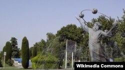 مجسمه ابوریحان بیرونی در پارکی در تهران