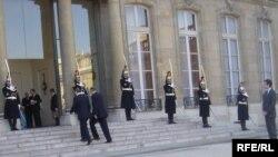 Саркози принимал Каддафи с почестями: возле Елисейского дворца для него даже разбили бедуинский шатер