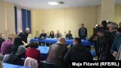 Konferenca për media e zyrtarëve në veri të Mitrovicës.