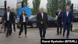 Алмазбек Атамбаев вместе со своими сторонниками в резиденции в Кой-Таше. Архивное фото.