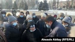 Группа матерей и первый заместитель акима Жамбылской области Ержан Жылкайдаров (справа). Тараз, 6 января 2021 года.